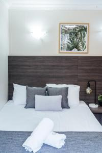 A bed or beds in a room at UNO Hotel Sydney