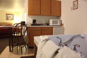 A kitchen or kitchenette at Port Townsend Inn