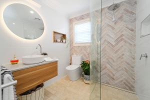 A bathroom at Marche Home Stay, Immaculate Presentation, Private & Relaxing