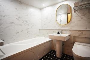 A bathroom at No25 Hotel