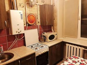 Кухня или мини-кухня в Apartment Hanaka Federativniy 43