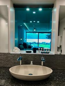 A bathroom at Fiordland Lakeview Motel and Apartments