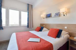 A bed or beds in a room at Résidence Pierre & Vacances Premium Port Prestige