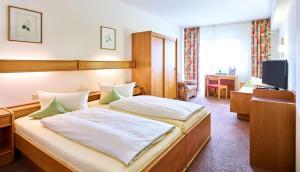 Ein Bett oder Betten in einem Zimmer der Unterkunft Hotel Merian Rothenburg