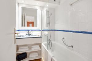 A bathroom at Résidence Pierre & Vacances Les Rivages Du Parc
