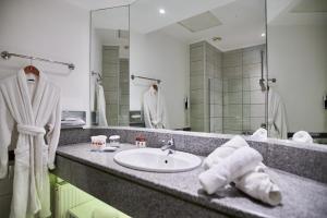 A bathroom at Ramada Plaza by Wyndham Thraki