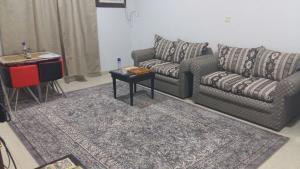Uma área de estar em Al Eairy Apartments - Al Ahsa 4