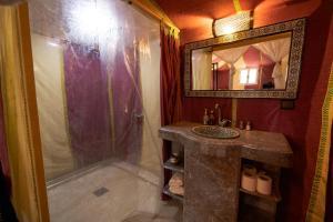 Een badkamer bij Sahara Desert Luxury Camp