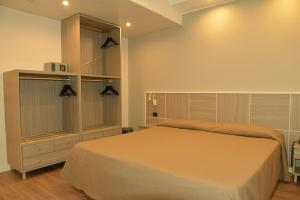 A bed or beds in a room at Hotel Tiempo