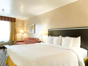 A bed or beds in a room at Quality Inn Vernal near Dinosaur National Monument