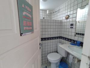 A bathroom at Pontal dos Sonhos - Suites Enseada Beira Mar