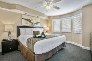 A bed or beds in a room at Silver Lake Resort