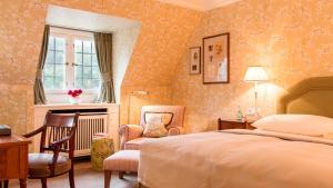 Ein Bett oder Betten in einem Zimmer der Unterkunft Schlosshotel Kronberg - Hotel Frankfurt
