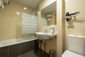 A bathroom at Hotel Abades Via Norte