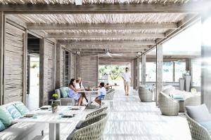 Ein Restaurant oder anderes Speiselokal in der Unterkunft Sani Dunes