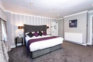 Кровать или кровати в номере Borough Arms Hotel