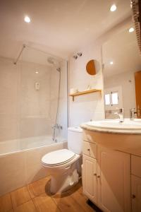 A bathroom at Ramblas Apartments