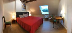 A bed or beds in a room at Bed & Brockhof Meerbusch