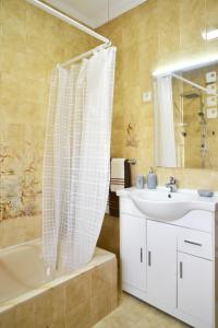 A bathroom at Encarnação Home