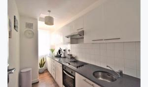A kitchen or kitchenette at Super location 1min from metro 10min from Camden