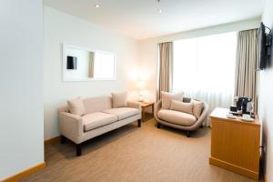 A seating area at Hotel Melia Lima