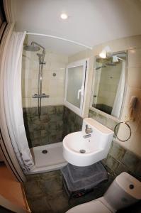 A bathroom at APARTAMENTOS URDAIBAI 5