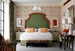 Een bed of bedden in een kamer bij Crosby Street Hotel