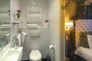 A bathroom at Huys van Leyden
