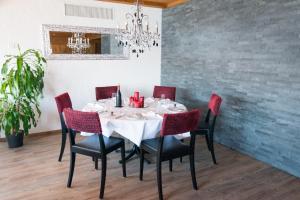 Ein Restaurant oder anderes Speiselokal in der Unterkunft Hotel Roggerli