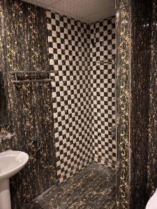 Um banheiro em Shouel Inn Furnished Apartments
