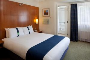 A bed or beds in a room at Holiday Inn Basingstoke, an IHG Hotel
