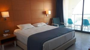A bed or beds in a room at INFINITY BY YELKEN AQUAPARK&RESORTS KUŞADASI