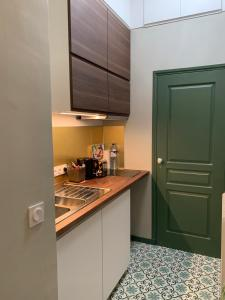 Cuisine ou kitchenette dans l'établissement Le Boudoir Tropical
