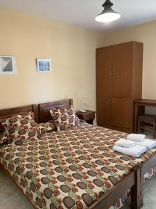 A bed or beds in a room at Hostel del Glaciar Pioneros