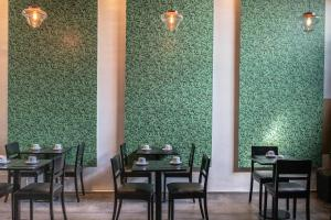 A restaurant or other place to eat at 5411 Soho Hotel