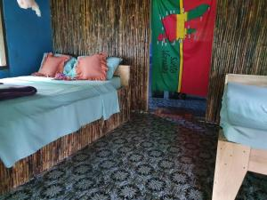 A bed or beds in a room at Lonnoc Ocean View Bungalows