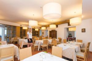 A restaurant or other place to eat at Hotel Romanda