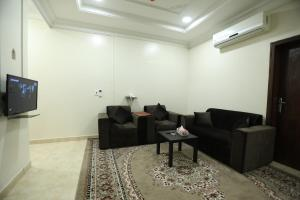 Uma área de estar em Al Eairy Apartments- Dammam 8