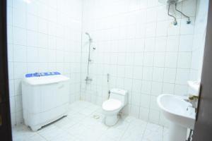 Um banheiro em Al Eairy Apartments Al Riyad 5