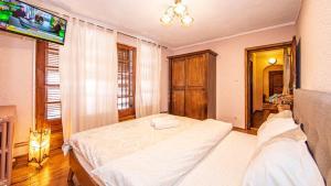 Un pat sau paturi într-o cameră la Toscana Villa