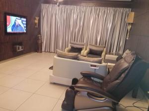 Uma área de estar em Orans Suites 2