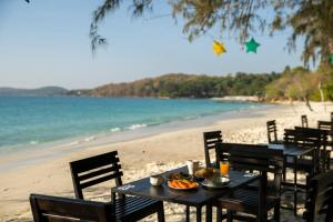 A restaurant or other place to eat at Avatara Resort