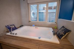 Salle de bains dans l'établissement MV Suite & Spa