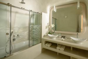 Salle de bains dans l'établissement Thirea Suites