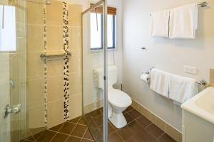 A bathroom at Ingenia Holidays Hervey Bay