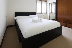 A bed or beds in a room at Itsas Begi - Basque Stay