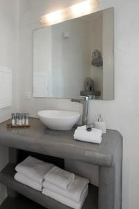 A bathroom at Suites of the Gods Cave Spa Hotel