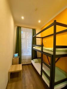 Двухъярусная кровать или двухъярусные кровати в номере Simple EveRest hostel