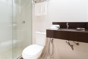 A bathroom at Hotel Laghetto Vivace Canela
