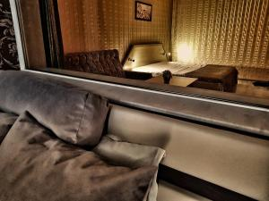 A seating area at Discret Hotel & SPA
